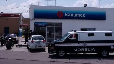 Violento asalto a Banamex salida a Charo. Noticias en tiempo real
